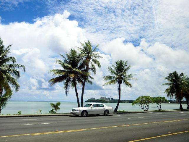 海沿いを走る車